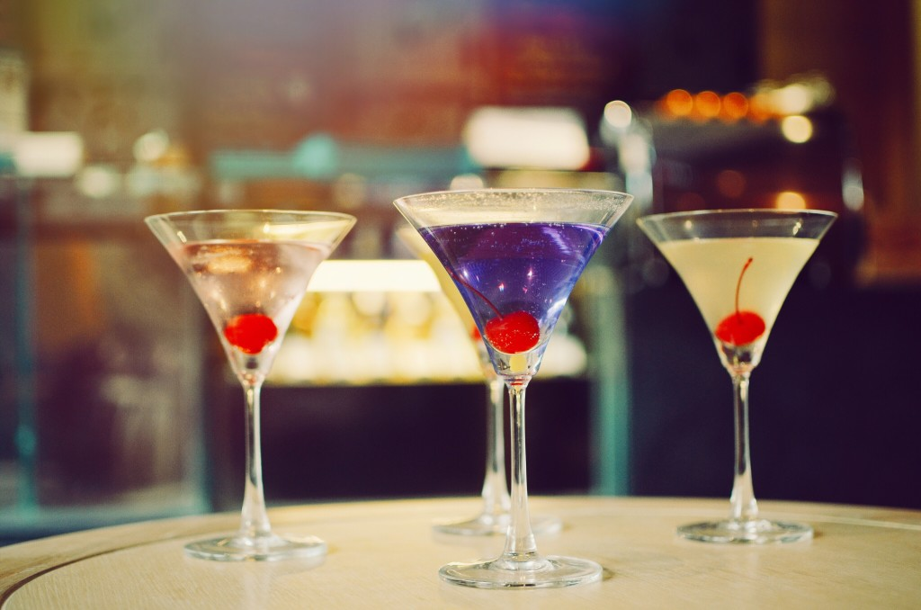 cocktail-in-martini-glasses-in-front-of-the-night-club-bokeh-lights-party-and-celebrate-concept_t20_YQZPlW