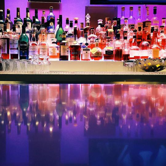 nightlife-alcohol-bar-glow-drinks-bottles-las-vegas-cocktails-club-spirits_t20_BAv8Av