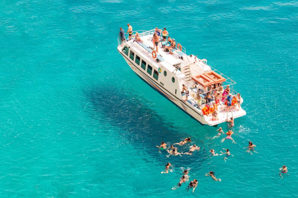 summer-cruise-boat-and-tourists-swimming-in-the-sea_t20_yRE2Ra