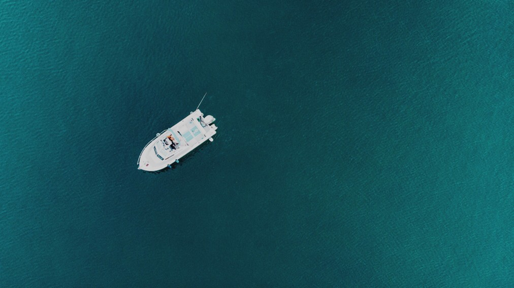 travel-boat-sea-aerial-view-blue-seascape-yacht-summer-vacations-top-view-drone-photography_t20_yw0WgL