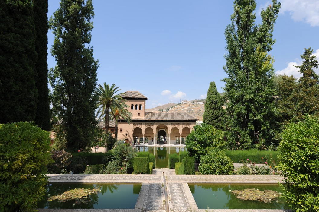 view-across-ponds-in-the-formal-partal-gardens-to-torre-de-las-damas-tower-of-the-ladies-the-alhambra_t20_znYayr