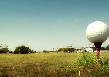 golf-ball-on-tee-in-field_t20_1Y0zjx